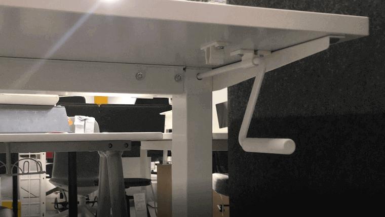 ikeaの手動式スタンディングデスクのハンドル(白色)