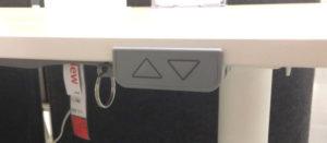 IKEAの電動式スタンディングデスクのグレー色スイッチ