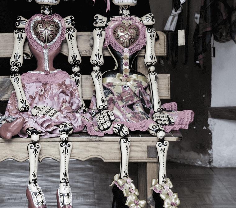 いすに座る骸骨