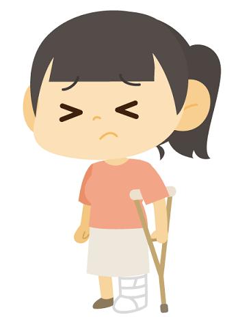 足を骨折して松葉づえをついている女の子、骨折初体験