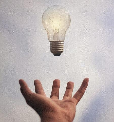 脳にひらめき、空中に浮かぶアイデア