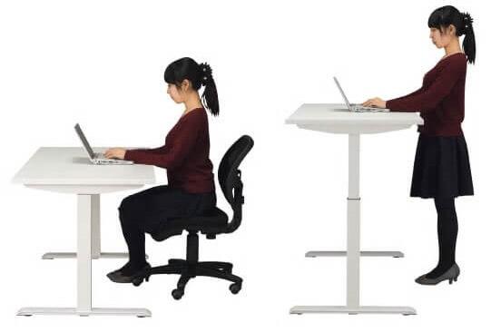 座って、立って、パソコンを使う女性