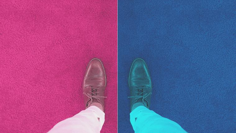 床色でゾーン分けされた上に立つ男性の足元