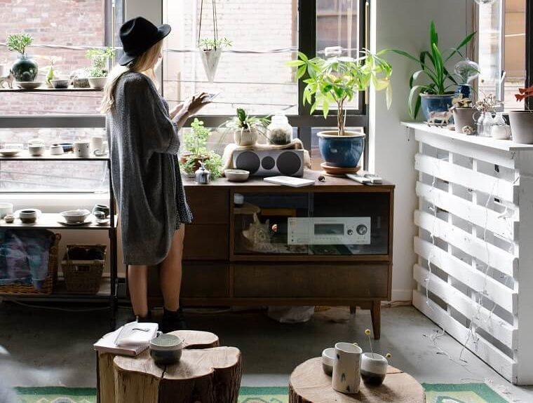 家の中で立って行動する女性