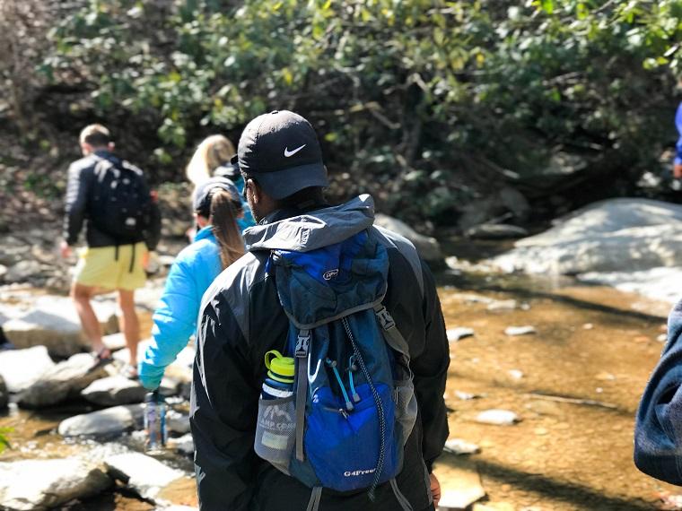 ハイキングをする家族