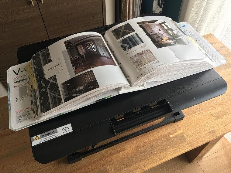 fenge スタンディングデスクに大き目のカタログを載せた場合