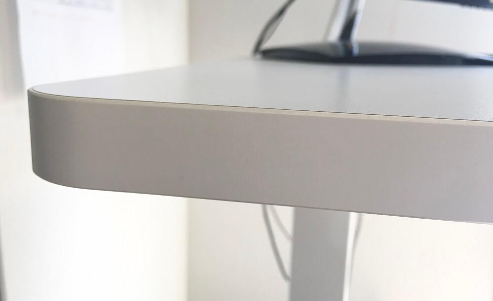 メラミン天板の板厚2.5cmを横から確認