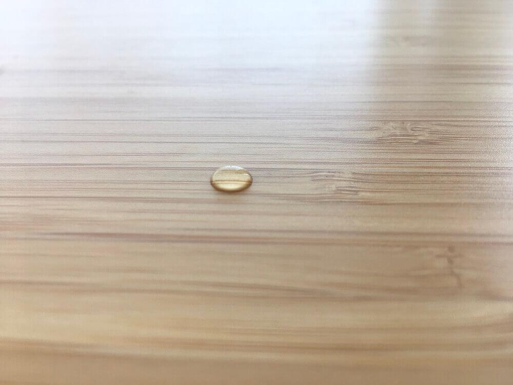 「竹製天板」が水を弾く様子